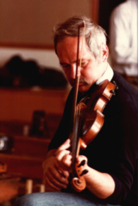 'Ian with his Fiddle', nach einem Photo von Siegfried Burghardt, Miltown Malbay 07/1983 - (22K)